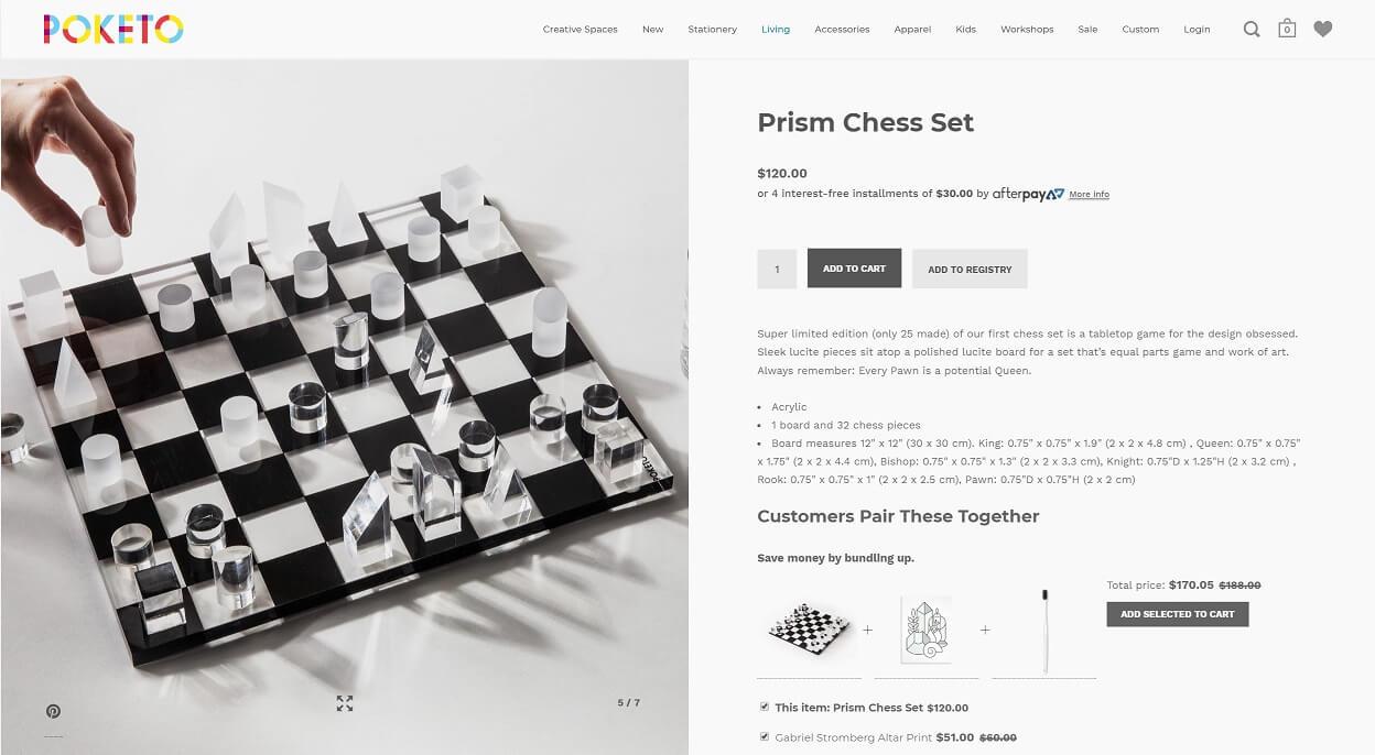 Produkte im Kontext zeigen: Eine Hand verdeutlicht das Schachspiel